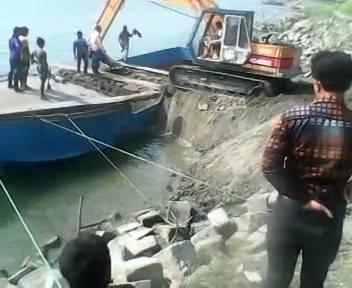 Cum scufunzi un excavator si o barca